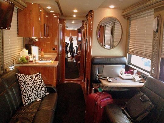 Gábina tráví čas v tomto karavanu.
