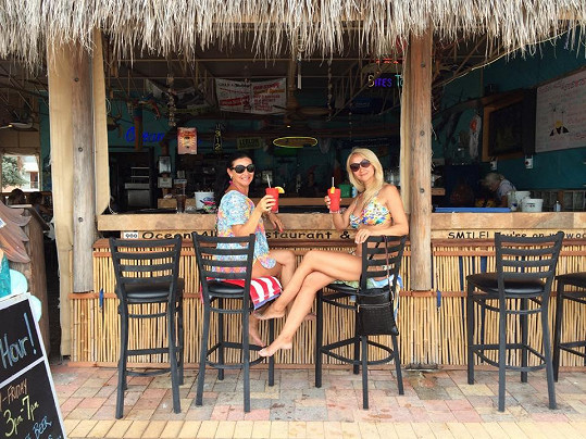 Šárka Grossová má v Americe i partnera, tady na snímku s kamarádkou.