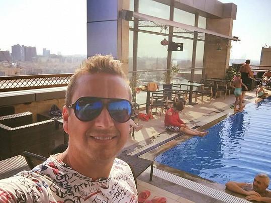 Petr u hotelového bazénu v Dubaji