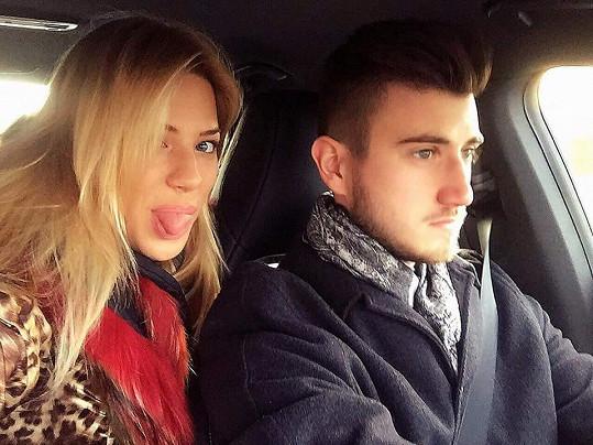 To, že přišla o řidičák na sebe Eva vlastně provalila sama, když prostřednictvím sociální sítě zveřejnila snímek, kdy její vůz řídil bratr Sebastián.
