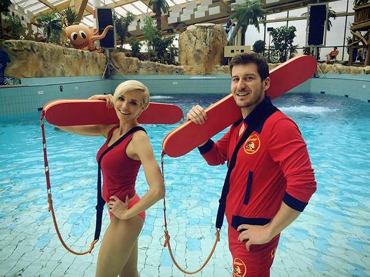 Hana Mašlíková a Petr Říbal si ve Snídani s Novou zahráli na záchranáře z Pobřežní hlídky.