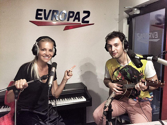 Dara Rolins a Jindra Ekl zpívají Zvonky štěstí.