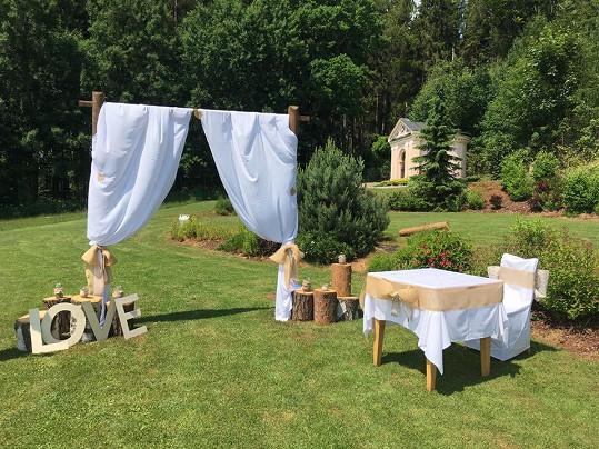 Svatba proběhla na zahradě.