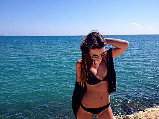 Prakticky celou dovolenou strávila zpěvačka v plavkách.