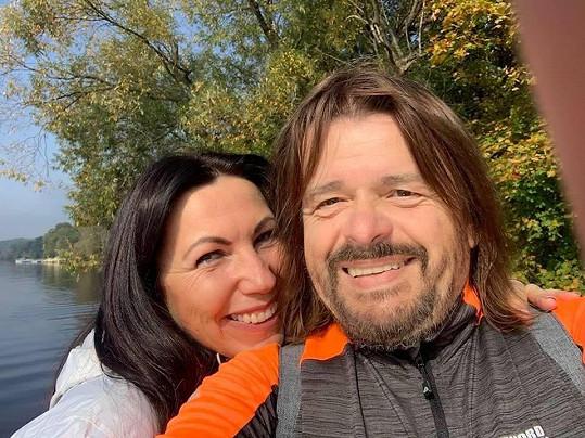 S manželkou i přes těžké období neztrácí úsměv.