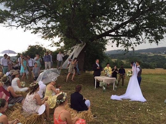 Obřad probíhal pod stromy.