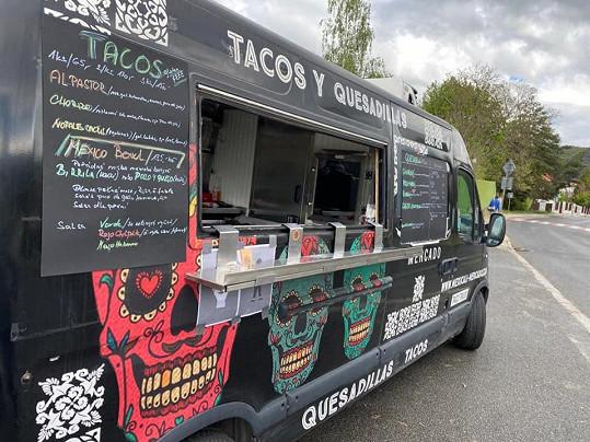Tento food truck se stal na čas hereččiným pracovním prostředím.