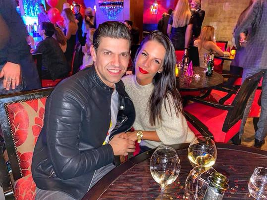 Petr Vojnar s přítelkyní Lenkou na narozeninách producenta Grillottiho