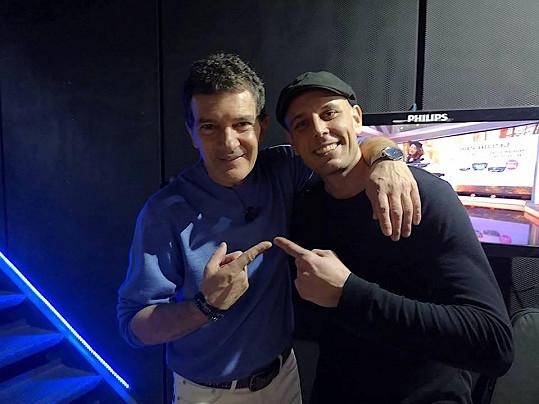 Ještě, než Alex letěl do Ameriky, zúčastnil se ve Španělsku velké televizní talk show El Hormiguero, kde se setkal s hercem Antoniem Banderasem.