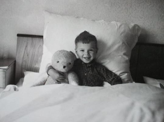 Malý Oto se svým oblíbeným medvídkem.