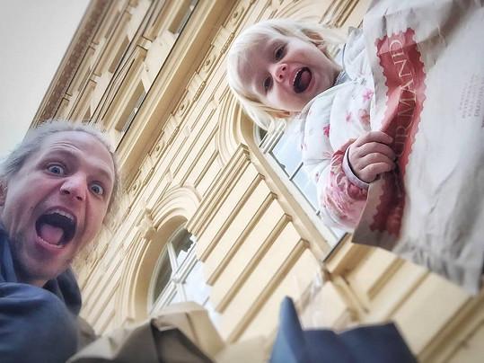 Tomáš Klus s dcerou Josefínou, která se brzy dočká sourozence.