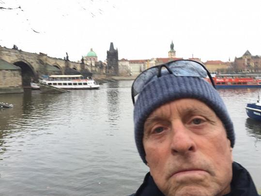U Karlova mostu s Vltavou za zády
