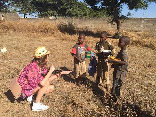 S místními dětmi
