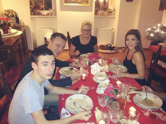Celá rodina u stolu.