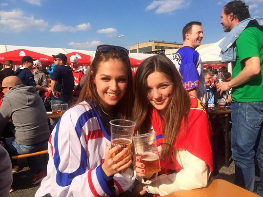Lucie Kovandová (vlevo) je aktivní hokejovou fanynkou. Po skončení mistrovství světa přespala v bytě Jaromíra Jágra, který jí nocleh ochotně poskytl.