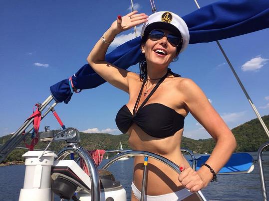 Primácká moderátorka Martina Jandová si zahrála na sexy kapitánku.