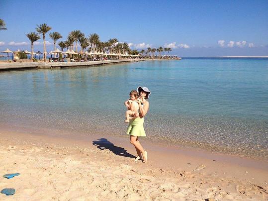 Markéta se synem na břehu moře