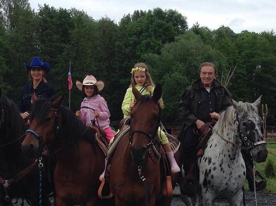 Karel Gott vzal rodinku na kovbojskou vyjížďku.