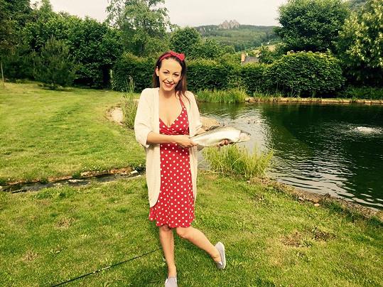 Agáta Prachařová se v puntíkatých šatech pochlubila svým rybářským uměním.