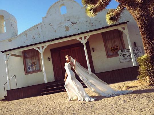 Tereza Kerndlová si zapózovala na místě, kde jinou nevěstu, Umu Thurman, v Tarantinově filmu rozstříleli.