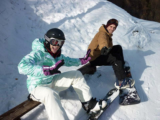Kamila s přítelem na snowboardu