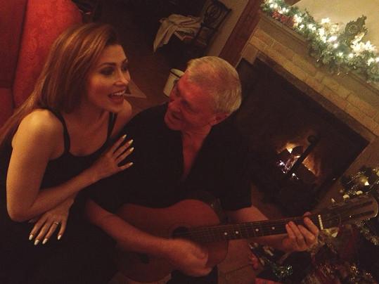 S tatínkem Laďou Kerndlem zpívají koledy.