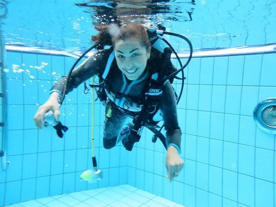 Před focením musela Anife natrénovat pózování pod vodou v aquaparku.