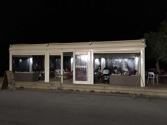 Prázdný plážový bar