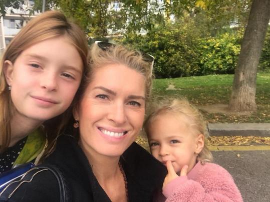 Olga Menzelová s dcerami manžela pravidelně navštěvuje v nemocnici.