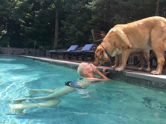 Kateřina si užívala bazén i nečekanou pozornost psa Formanových.