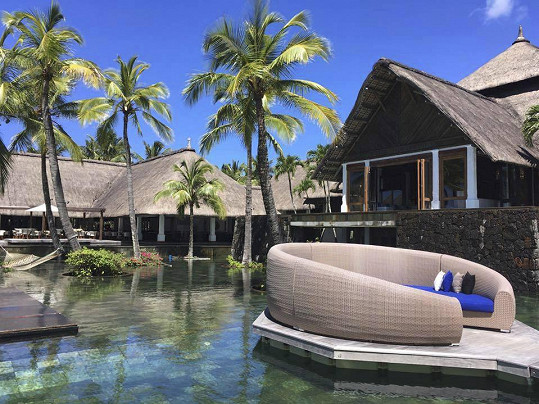 Na ostrově si herečka se svými blízkými užívá luxusu.