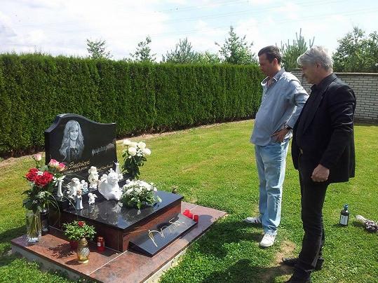 Veselý poslal i fotku, jak krásně chodí s vdovcem na hrob Ivety.