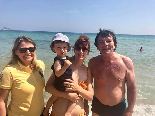 Na dovolenou vyrazila rodinka s přáteli.