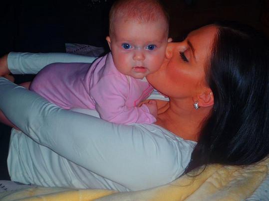 Andrea s tříměsíční dcerou, která má po ní krásně modré oči.