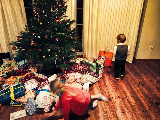 Radost pod stromkem . Agátin syn Kryšpín a sestra Kordulka si užívali vánoční dárky.