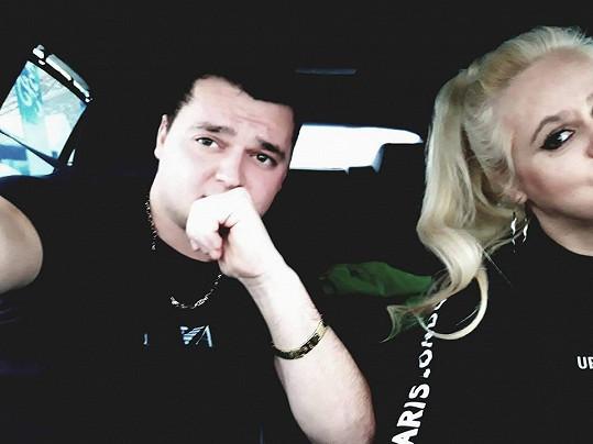 Pár se vyfotil v autě. Monika se Danielovi nevešla do záběru, a tak na snímku vypadá skoro jako její dcera Ornella.