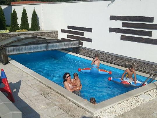 Tropickým teplotám zpěvačka odolávala ve vlastním bazénu s dětmi.