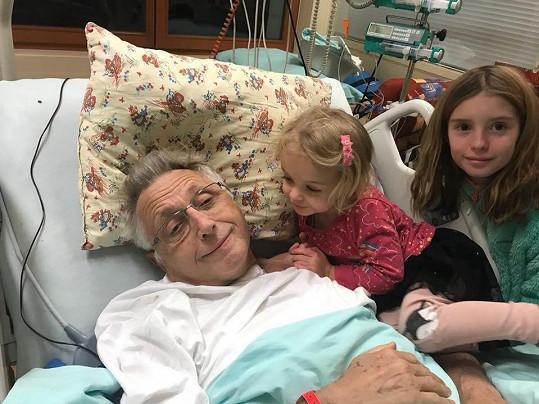 Jiří Menzel s dětmi na snímku z nemocnice z prosince