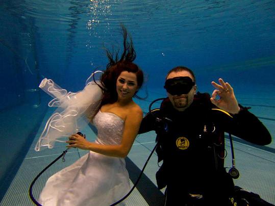 Anife pomáhá ve vodě s dýcháním podvodní vizážista.
