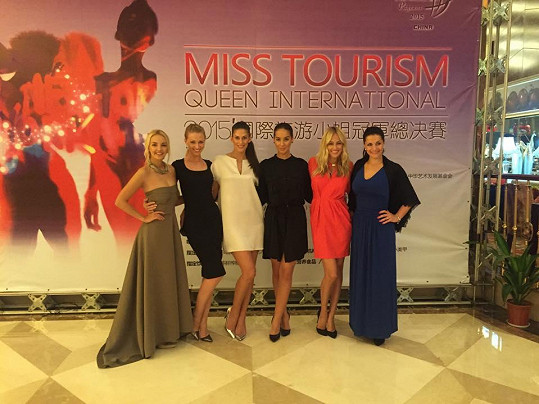 Renata Langmannová, Aneta Vignerová, Veronika Kašáková, Nikola Buranská a reportérka Primy Lucie Špaková trávily v Číně týden.