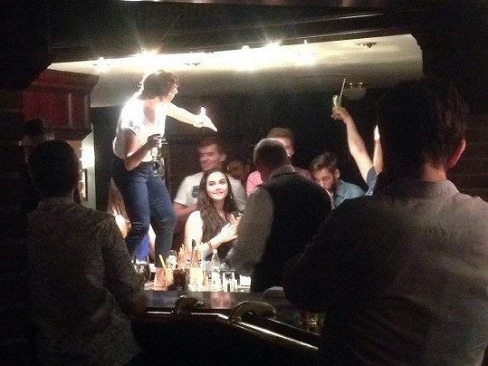 Na veřejnosti spíš upjatá dáma, ovšem v baru ve společnosti přátel...