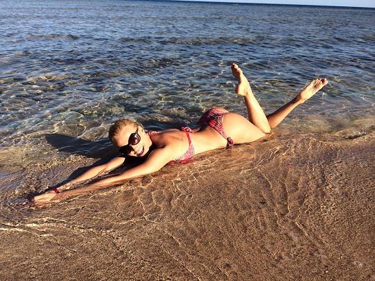 Takhle si u moře užívala Hana Mašlíková.
