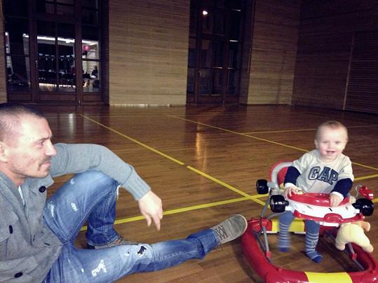 Tomáš Řepka se usmívá na malého Markuse.