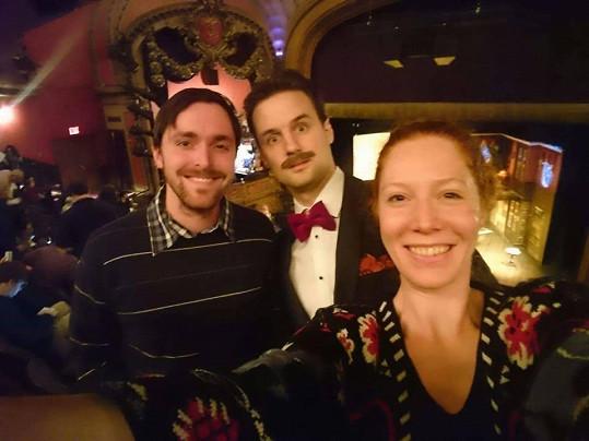 Nikol Kouklová a Karel Heřmánek ml. (vlevo) se pochlubili selfíčkem s britským hercem a autorem Henrym Shieldsem.