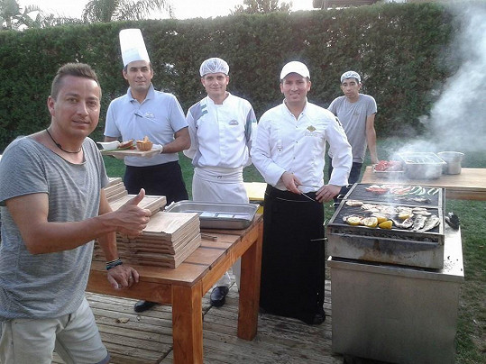 Petr a turečtí kuchaři, jejichž díla si nemůže vynachválit.