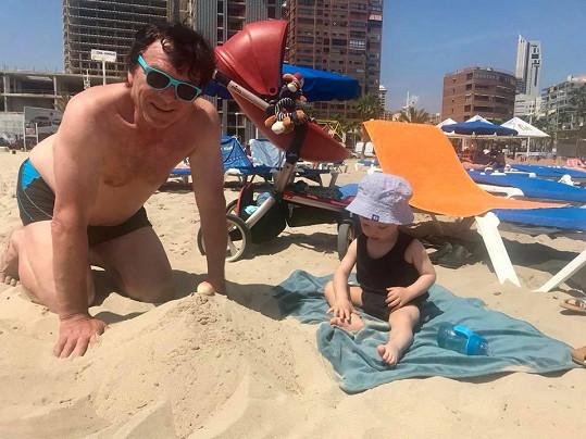 Synovi neúnavně staví hrady i bábovičky z písku.