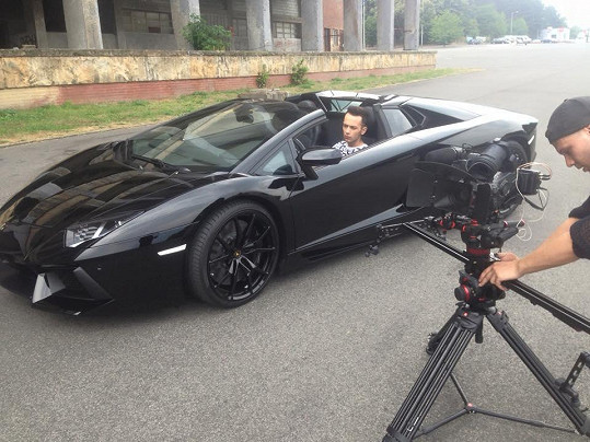 Ve videoklipu bylo použito Lamborghini Aventador za 12 miliónů.
