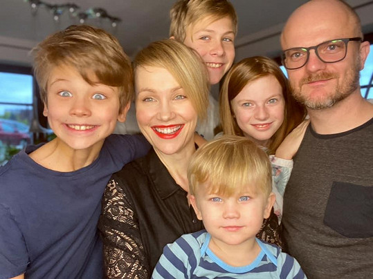 Vlastina s manželem Jiřím Kounickým a všemi jejich dětmi.