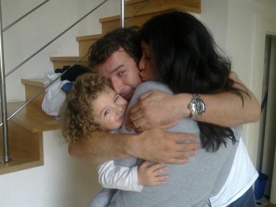 Victoria a Davidové. Zpěvačka se synem a svým životním partnerem.