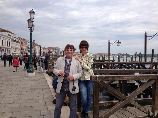 Pavel s Monikou na procházce po Bneátkách.
